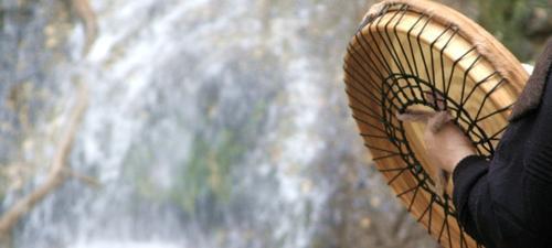 Mystisches Trommeln am Wasser